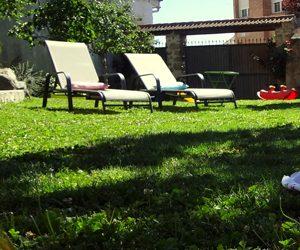 green casa rural con jardín