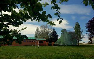 Pueblo con fronton y piscina en verano